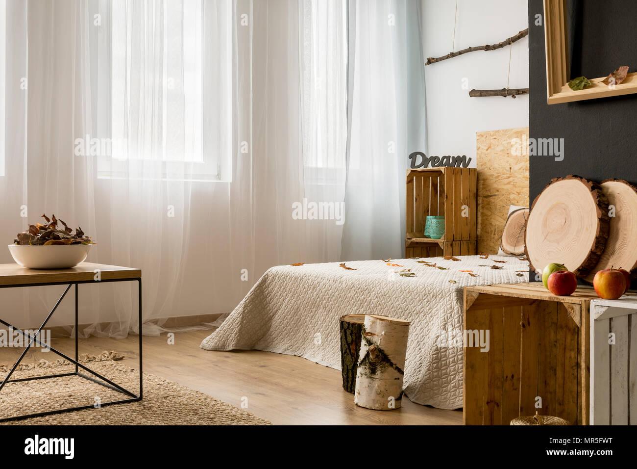 Hellen Schlafzimmer Mit Grossem Bett Und Diy Mobel Stockfoto Bild