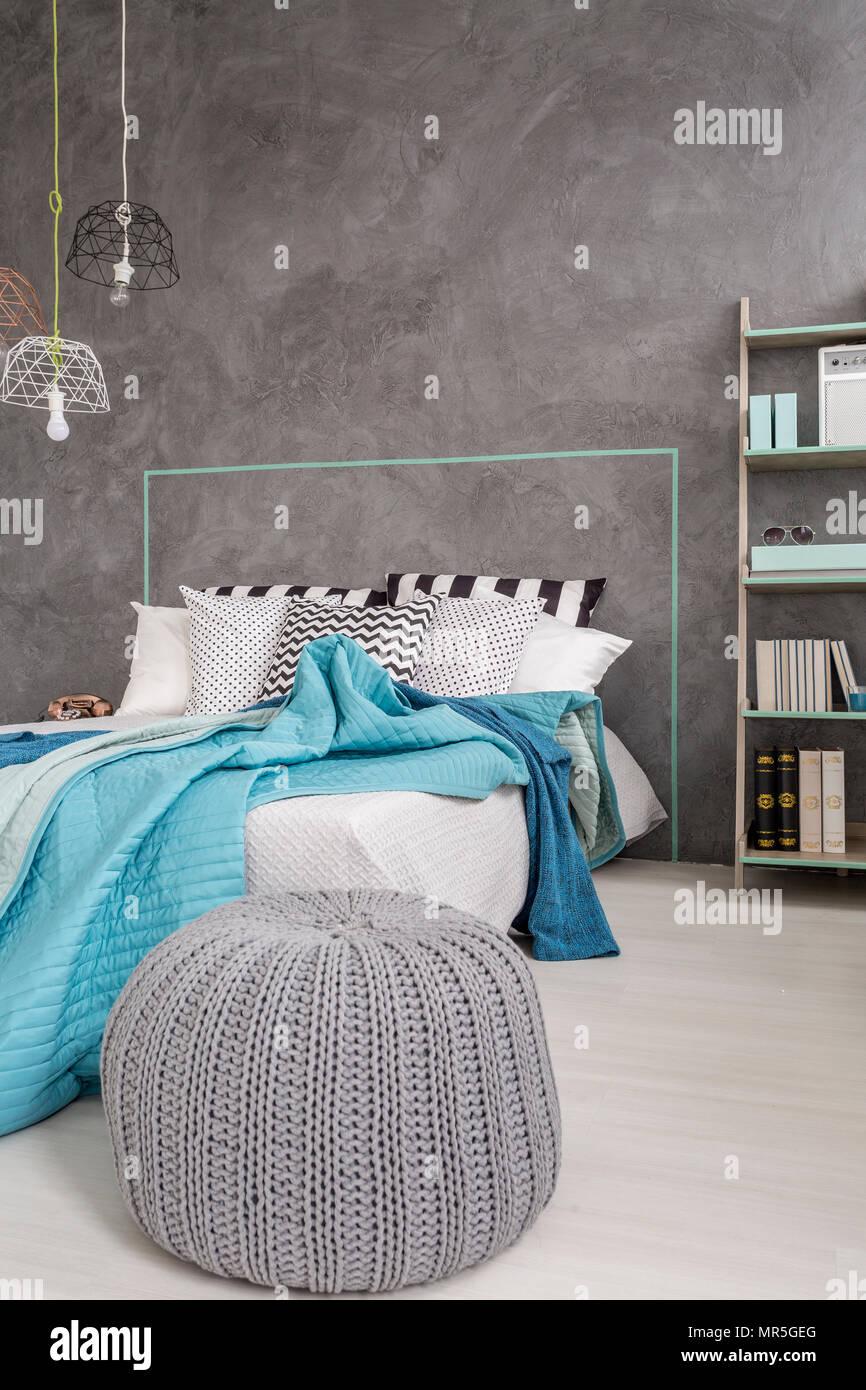Grau Schlafzimmer Mit Bequemen Pouf Bett Und Dekorative Wand
