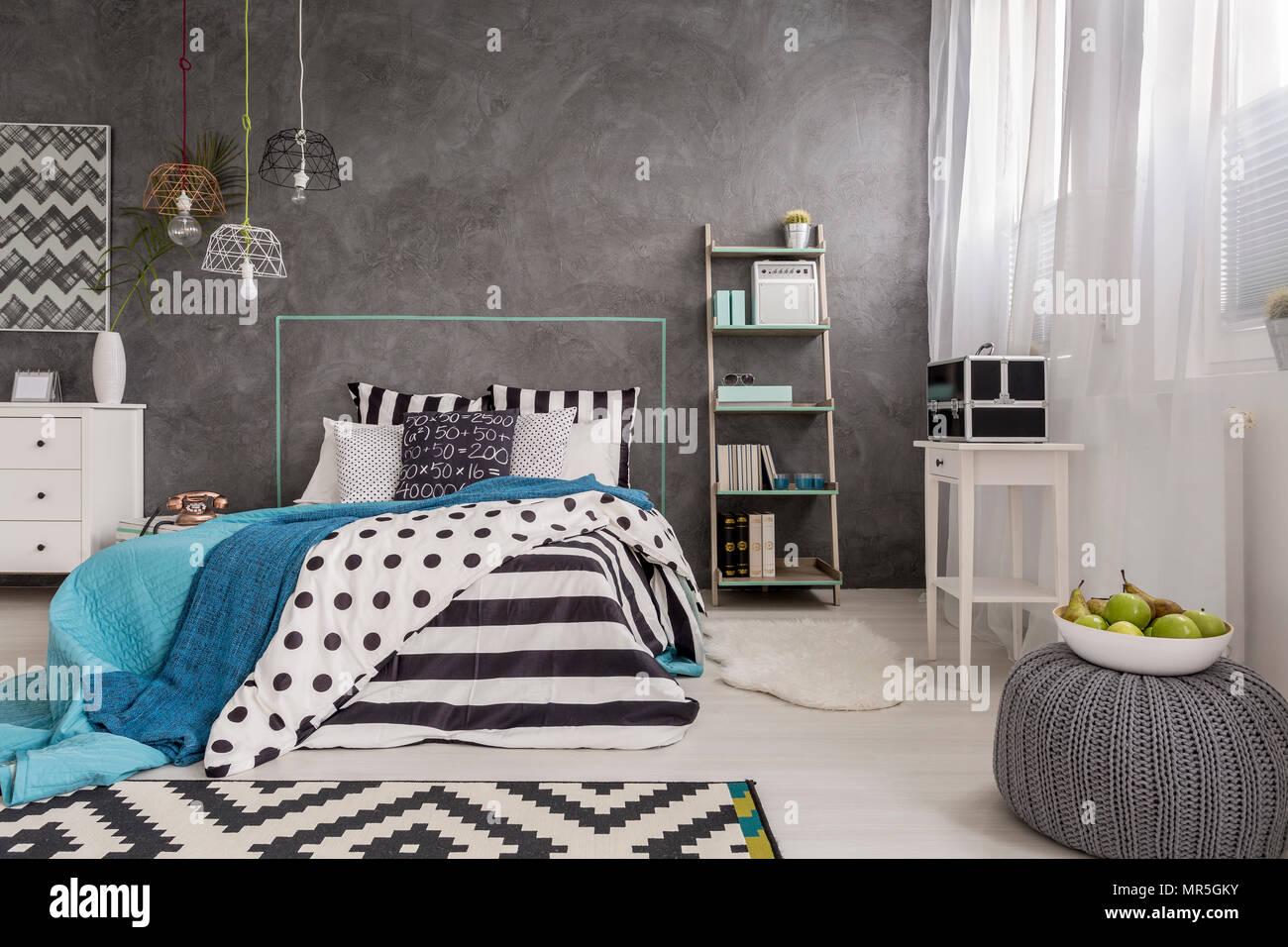 Schönes Schlafzimmer Mit Fenster Komfortables Bett Und Dekorative