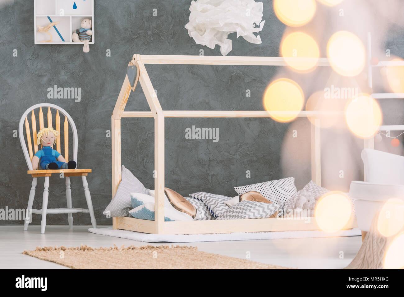 Baby Schlafzimmer mit Etagenbett, Stuhl und Betonwand Stockfoto ...