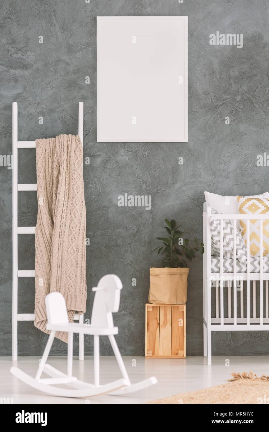 Baby Schlafzimmer mit weißen Kinderbett und Schaukelpferd Stockfoto ...
