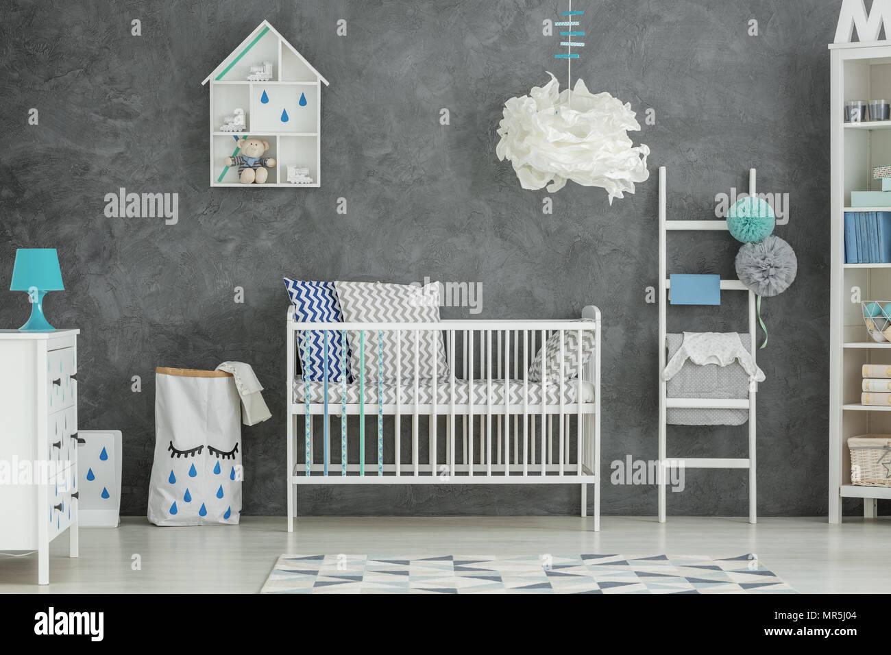 Grau baby Schlafzimmer mit Kinderbett und Kommode weiß Stockfoto ...