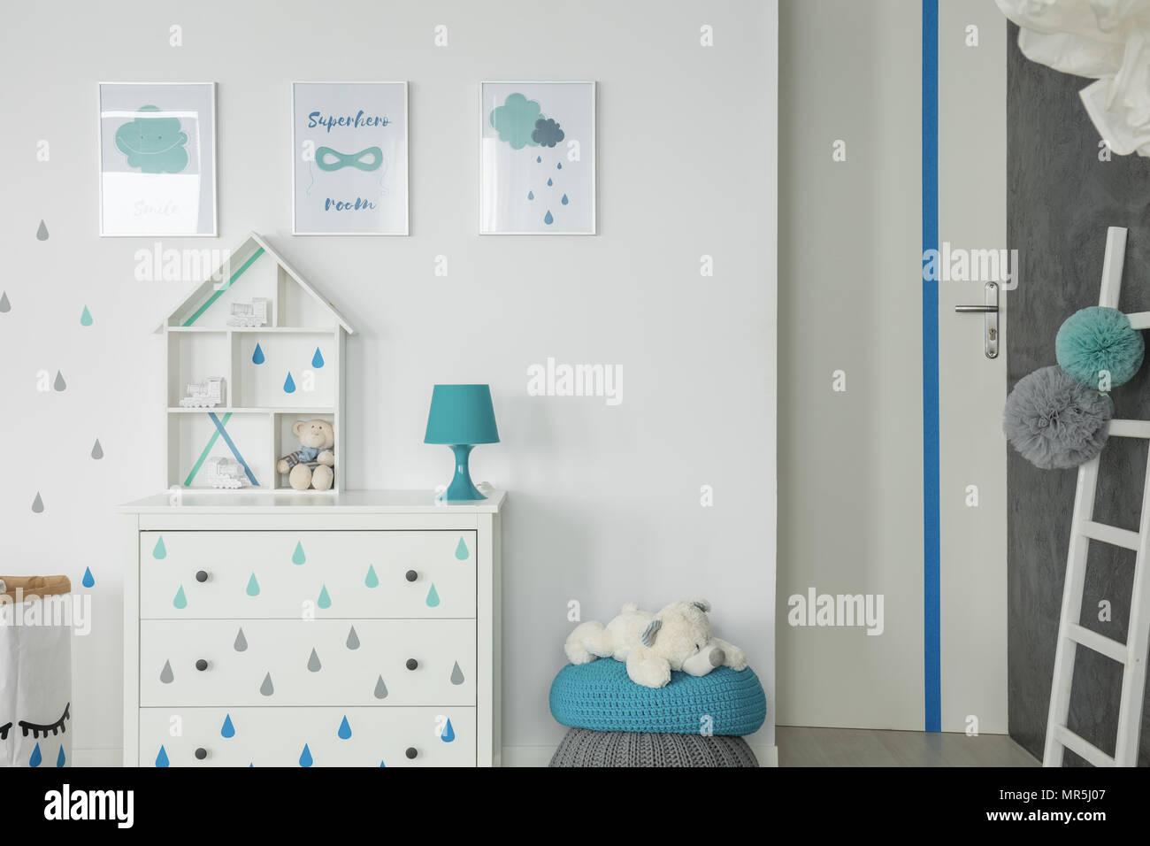 Weiss Baby Schlafzimmer Mit Kommode Pouf Und Wand Poster Stockfoto