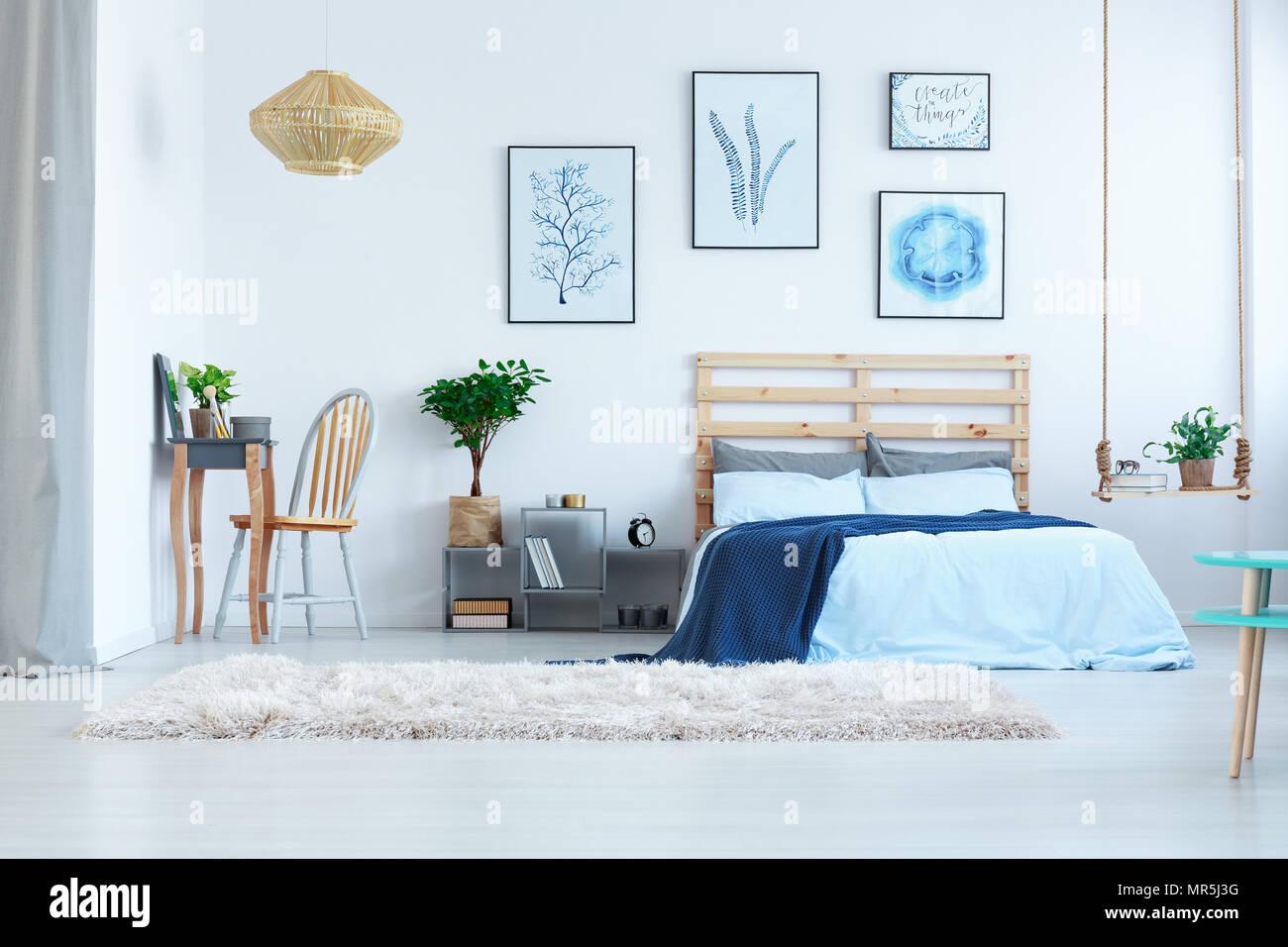 Schone Weisse Schlafzimmer Mit Ankleideraum Tisch Bett Und Wand