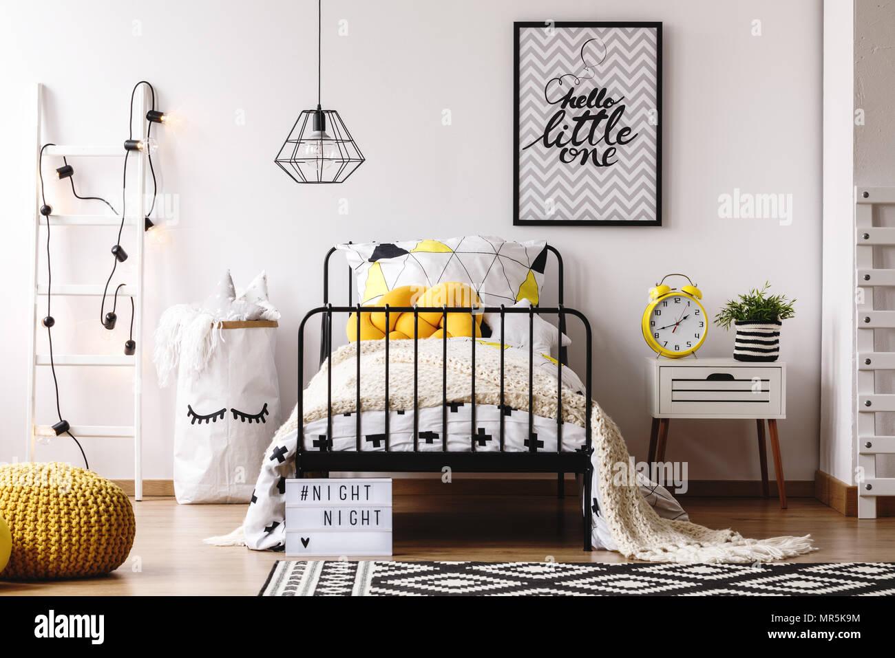 Retro Gelbe Uhr Auf Weiß Nachttisch In Kreative Kinder Schlafzimmer