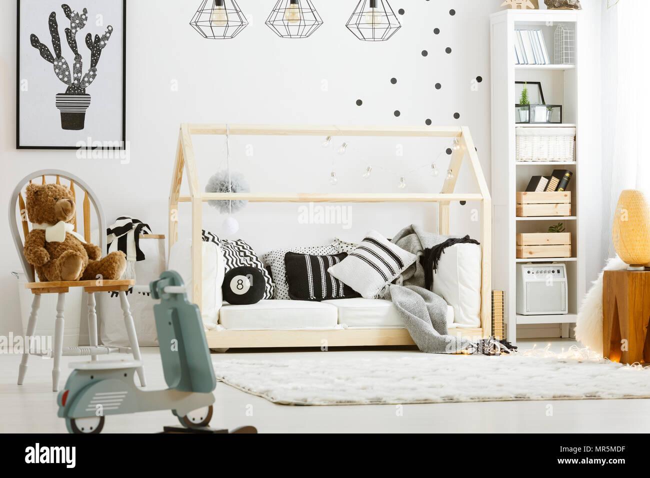Kind Schlafzimmer Mit Holz Bett Rockigen Roller Lampen Und Stuhl