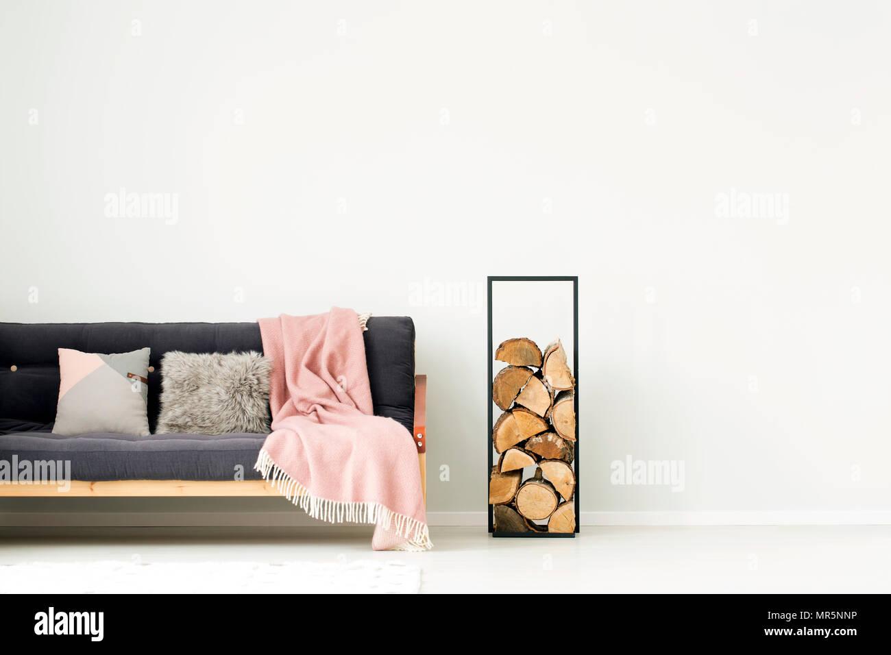Holz Neben Dunklen Sofa Grau Mit Rosa Decke Und Kissen In Der