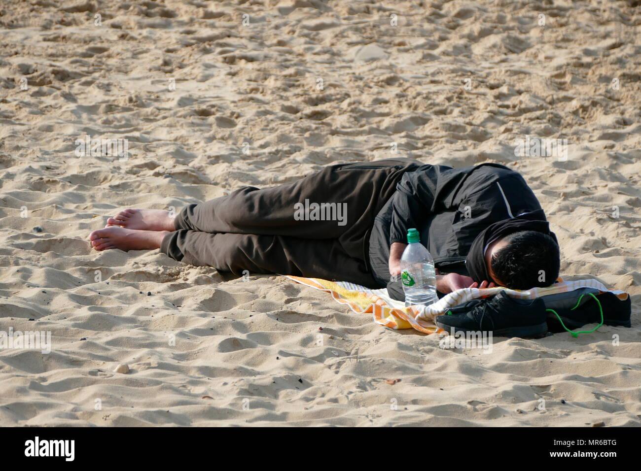 Obdachlose Flüchtlinge, schläft am Strand im Süden von England 2017 Stockbild