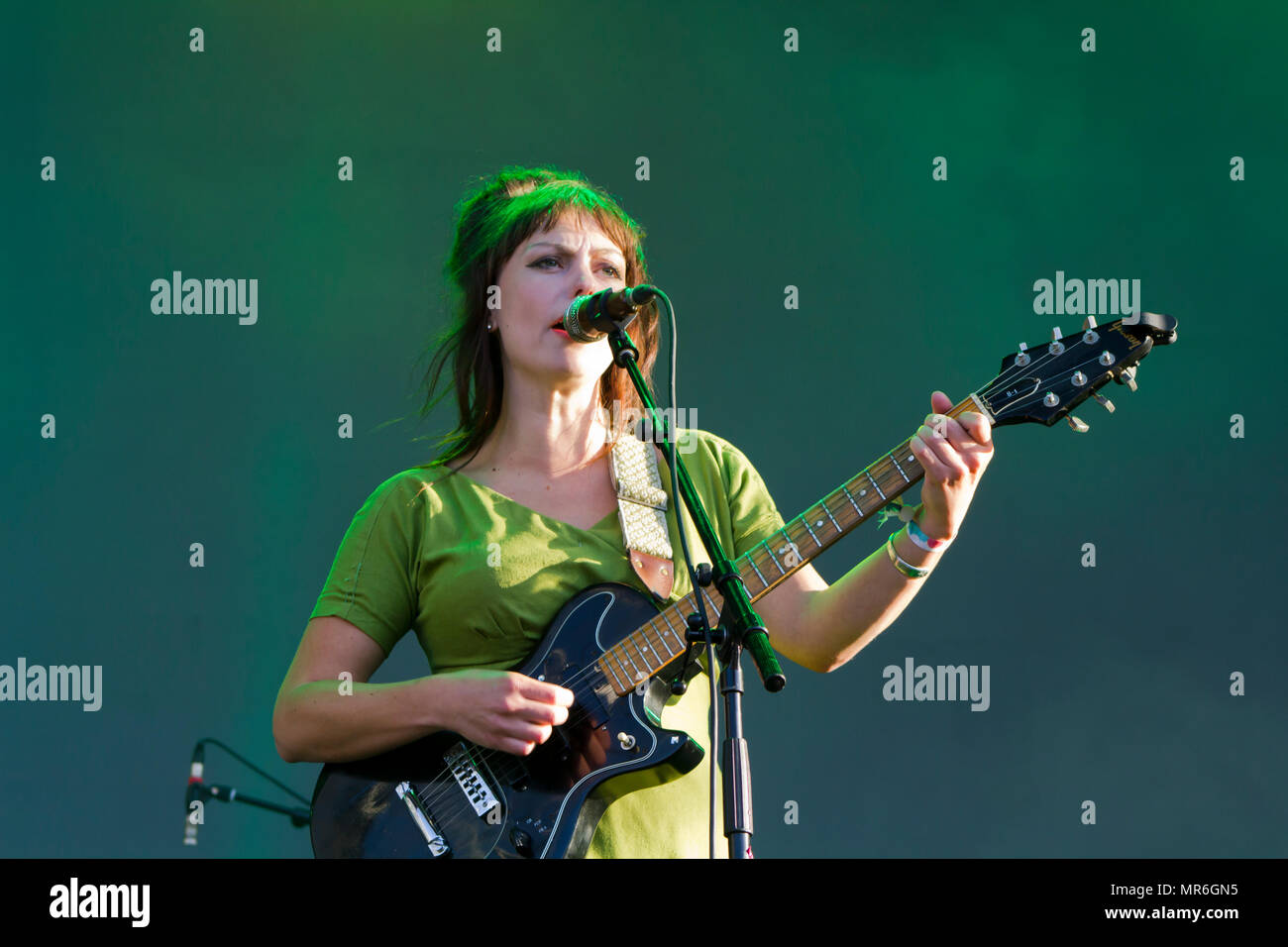 Engel Olsen Sänger führt im Konzert Stockfoto