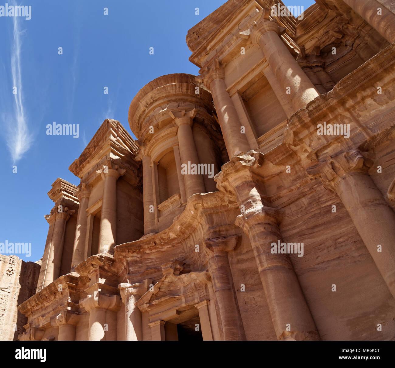Foto in einem schrägen Winkel eines Abschnitts Al-Deir, den sogenannten Kloster, in der Nekropole von Petra, Jordanien, Stockbild