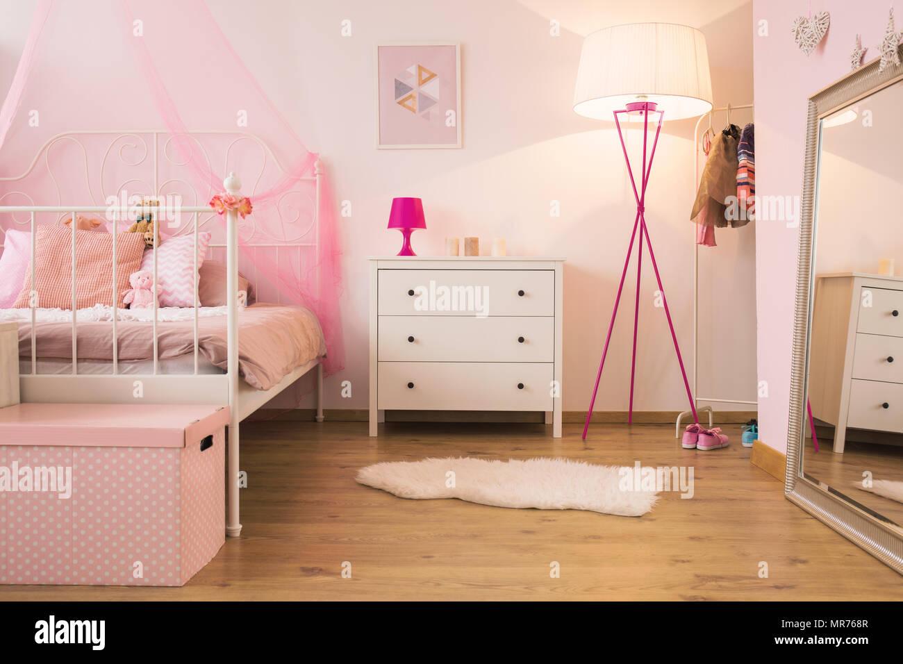 Rosa Kinderzimmer Mit Lampe Weiss Kommode Und Bed Stockfoto Bild