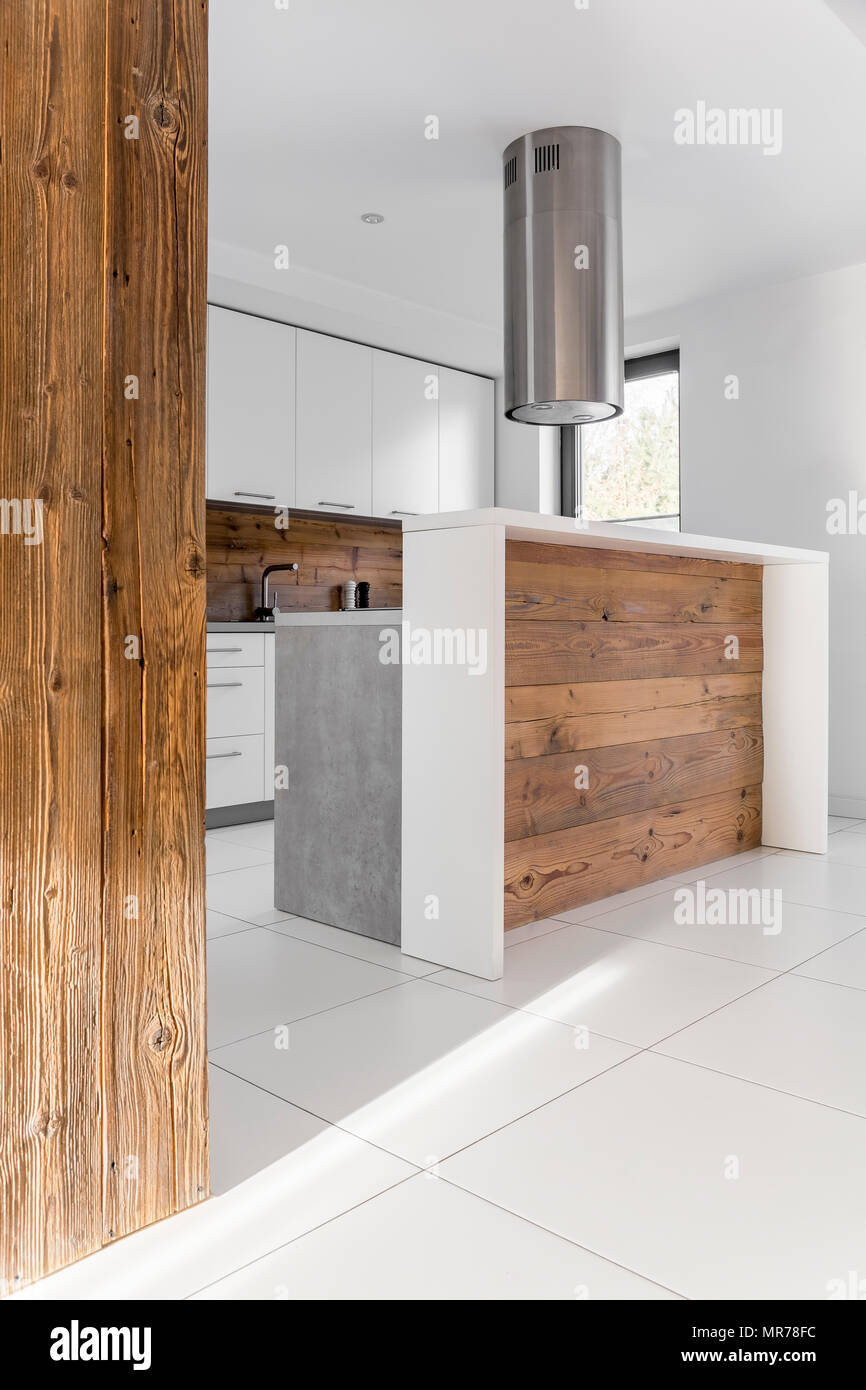 Trendige weiße Küche mit weiß gefliestem Boden und Abzugshaube Stockfoto