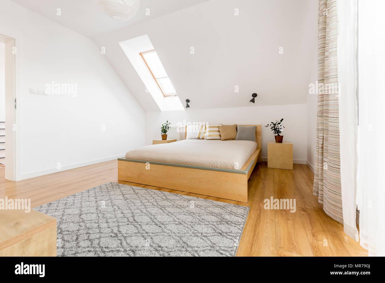Fußbodenplatten Aus Holz ~ Dachgeschoss schlafzimmer mit fenster holz bett und bodenplatten