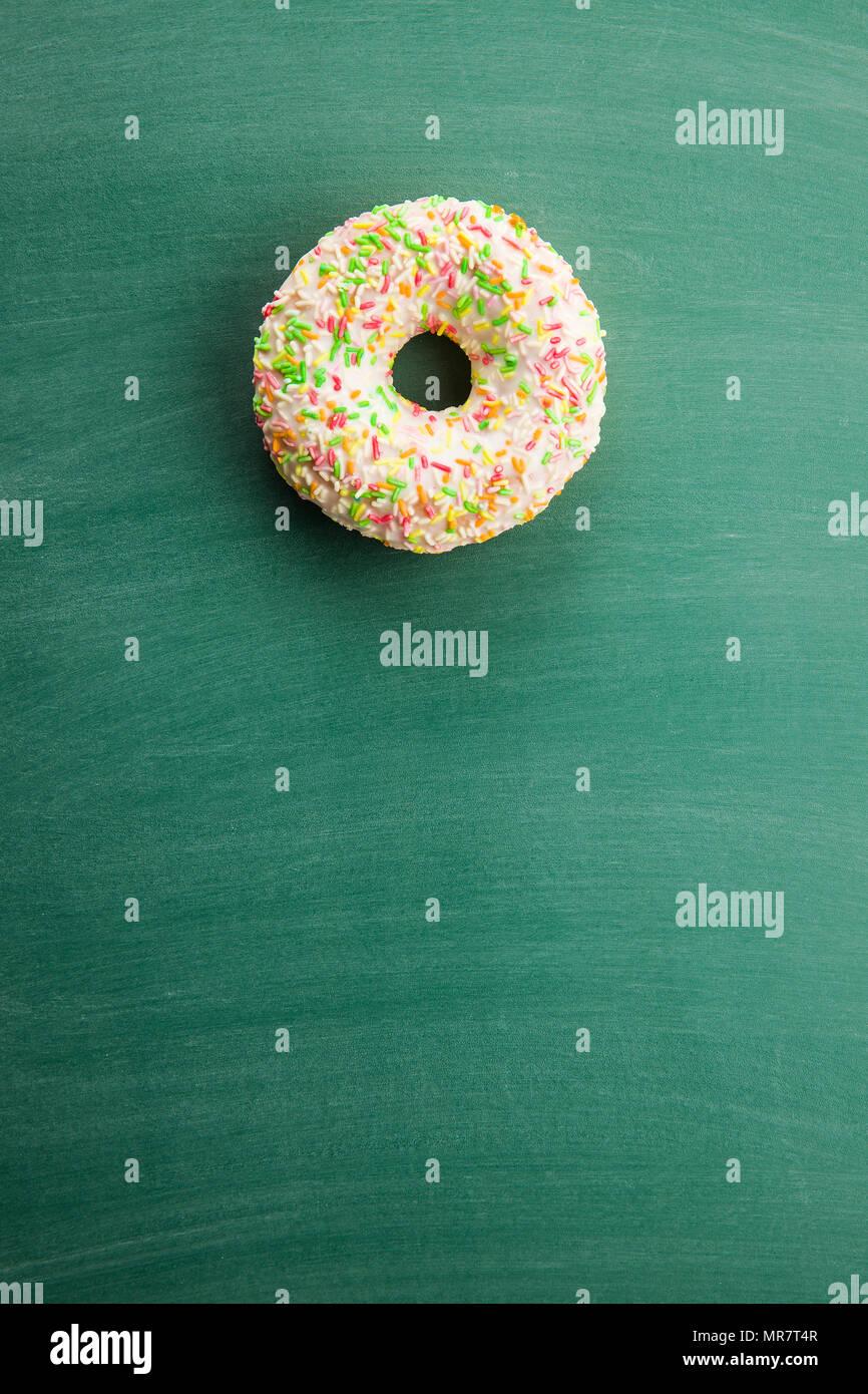 Süße sprengte Donut auf grüner Tafel. Stockbild