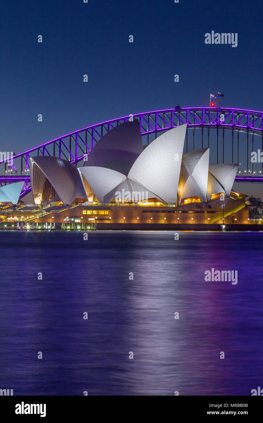 """Die Sydney Harbour Bridge und das Opernhaus von Sydney während der 2018 """"Vivid Sydney"""" Festival, das sieht spezielle Lichteffekte auf bemerkenswerte Landmar Stockbild"""