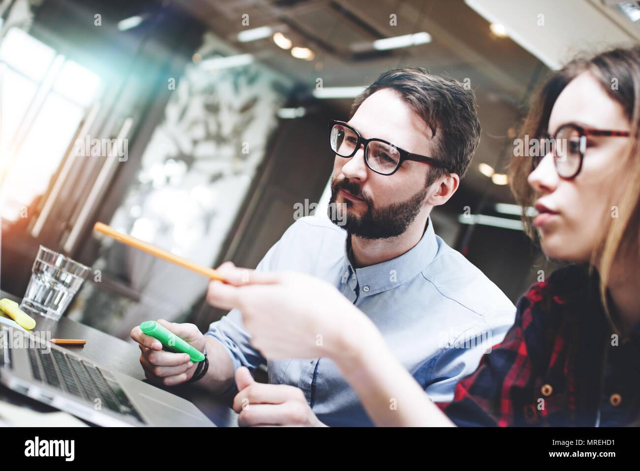 Mannschaft der Geschäftsmann arbeitet an einem neuen Konzept für einen modernen Laptop im Open Space Office. Unscharfer Hintergrund. Brainstorming ein neuer Anlauf Stockbild