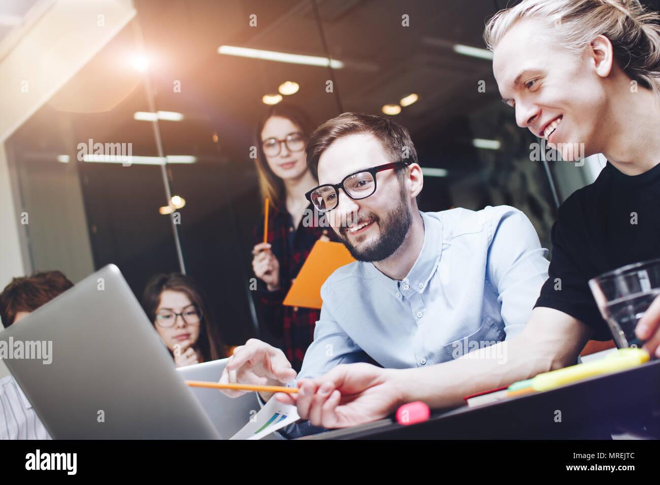 Bärtiger Mann im Gespräch mit Kollegen über neue Start Projekt. Freudige team Brainstorming. Neue Marketing Plan forschen Stockbild