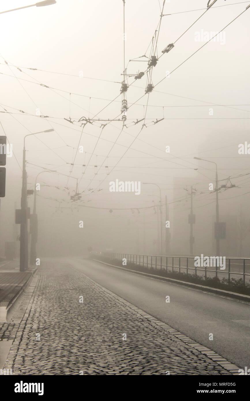 Leere Straßen in der Stadt in einem Wintermorgen mit Nebel, keine Menschen um Stockfoto
