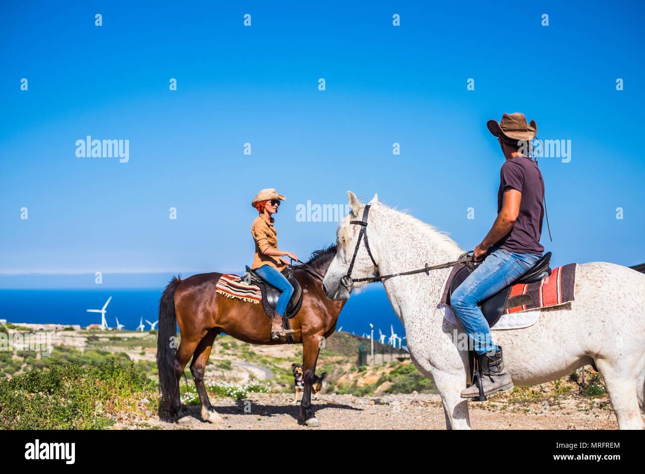 Schöne und tolle Orte auf der ganzen Welt alternative Art der Reise mit Pferden beste Freunde entdecken. Weiße kaukasier Paar in der Freizeit Stockbild
