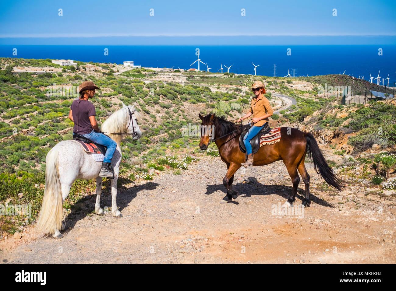 Neuen Pfad folgen, neue Erfahrung für starke kaukasischen Paar Mann und Frau mit ihren Pferden. neue Wege und Risiko leben Konzept für echten wanderlus zu leben Stockbild