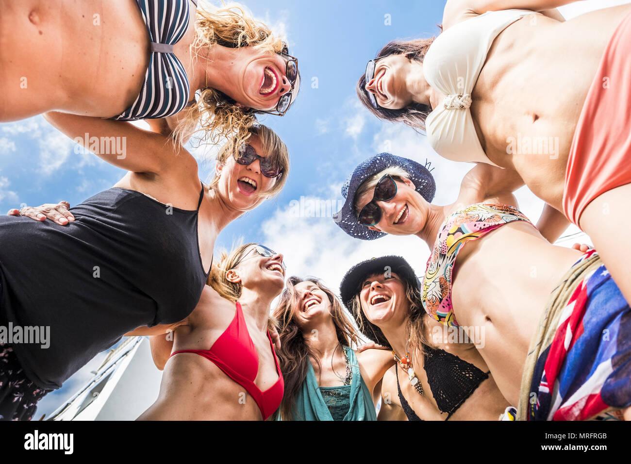 Schönes Portrait von sieben Frauen Frauen kaukasischen aus dem botton Sicht in die Mitte der Gruppe. die Menschen glücklich zusammen Spaß haben in den Beziehungen Stockbild