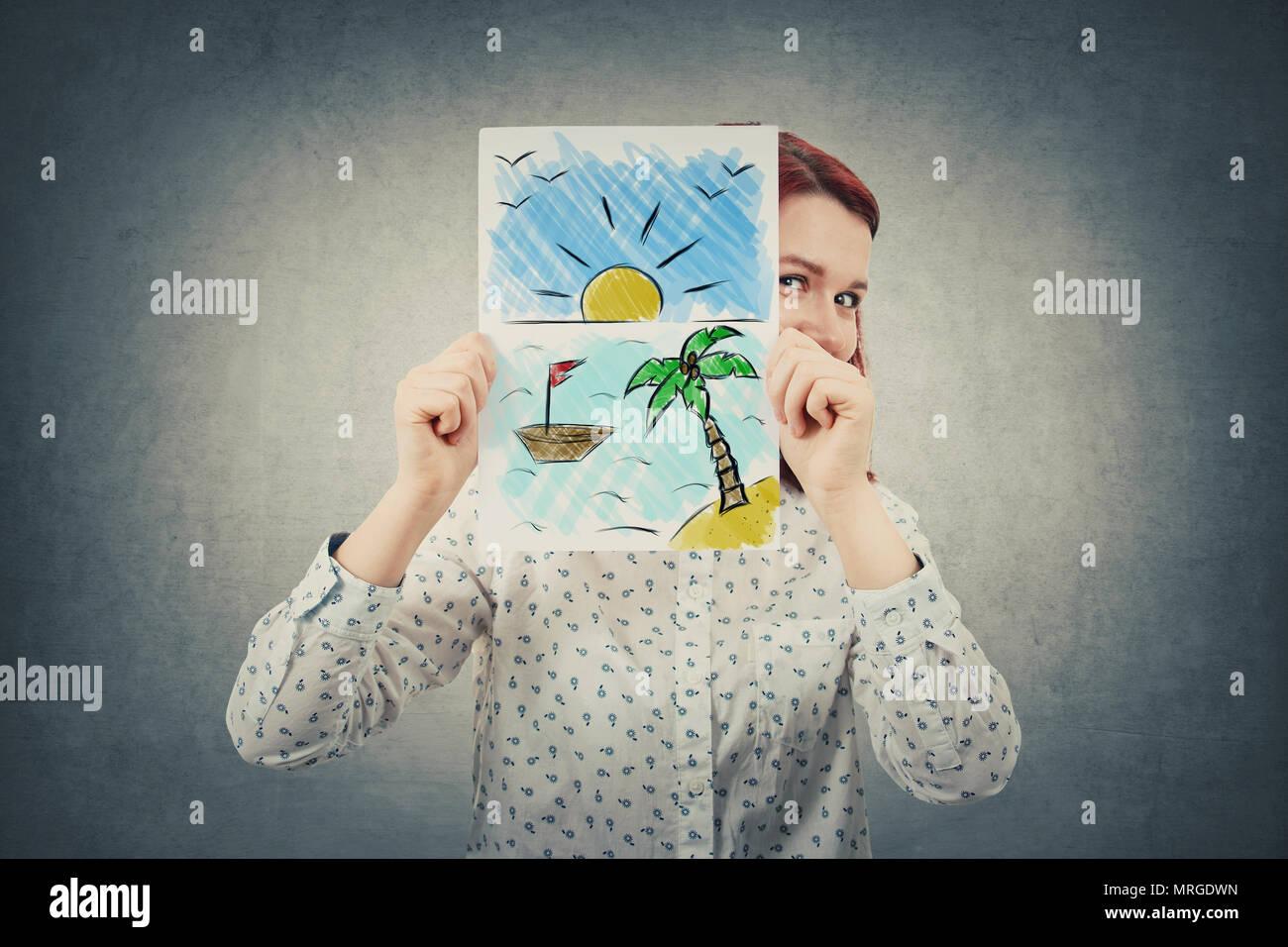 Happy Geschäftsfrau ausblenden Gesicht hinter einem weißen Blatt Papier mit einem exotischen Ort gezogen. Träumen von Urlaub am Meer. Stockfoto