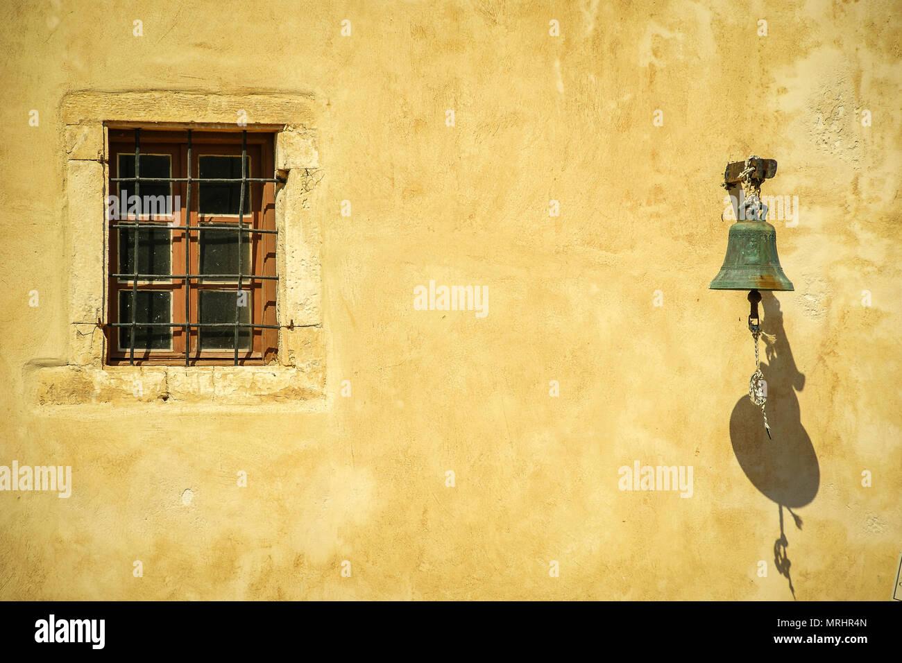Fenster Glocke Wand Stockbild