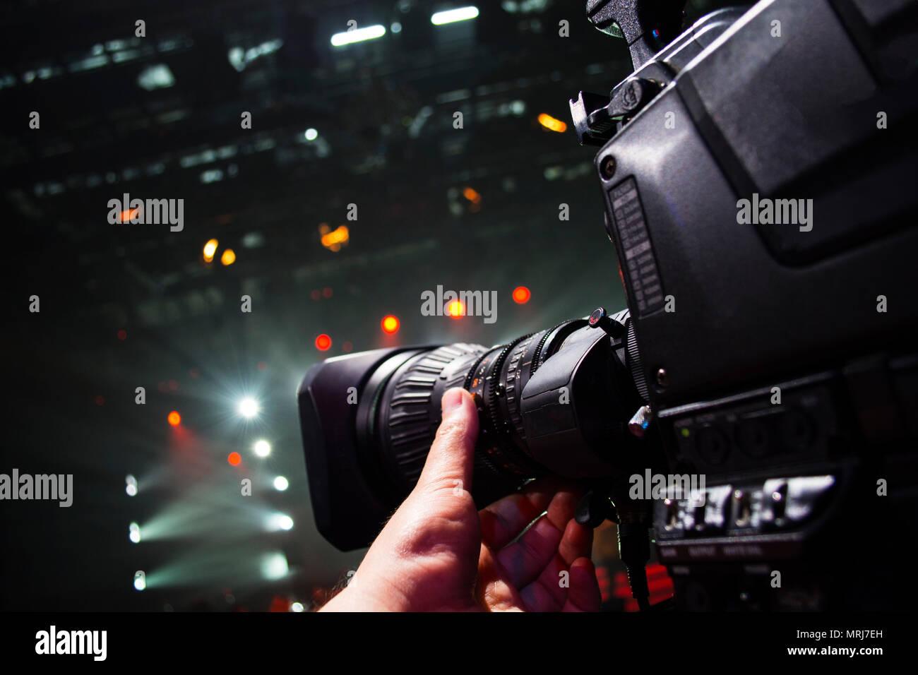 Professionelle video kamera Mann film Konzert auf der Bühne. Große ...