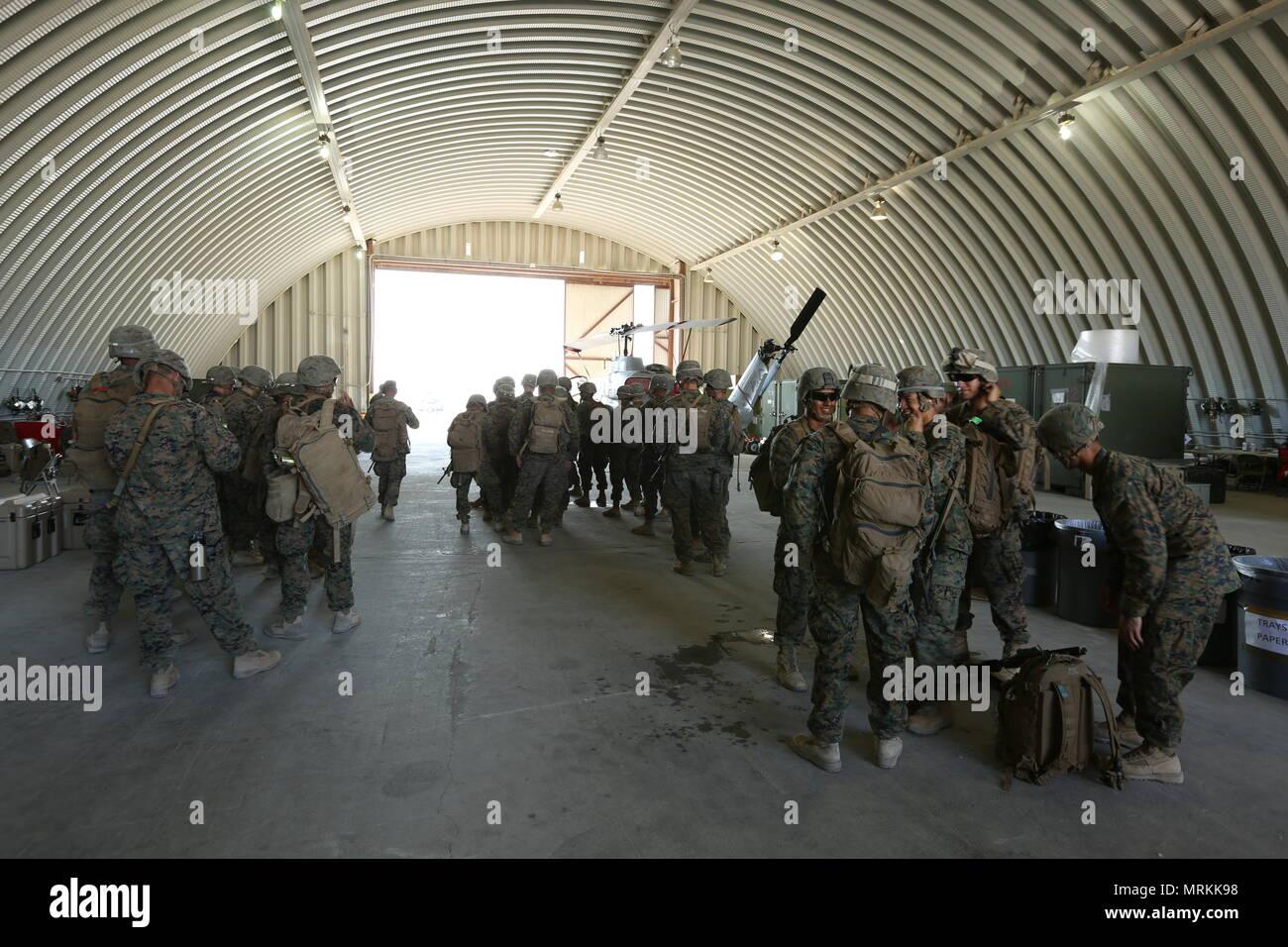 Us-Marines von Golf Company, 2.Bataillon, 25 Marines, 4 Marine Division, Marine Reserve vorbereiten für die Air Assault Kurs als Teil des endgültigen Bataillon Ausübung der integrierte Ausbildung Übung 4-17 im Camp Wilson, Marine Air Ground Combat Center, Twentynine Palms, 21. Juni 2017 zu proben. ITX ist ein Marine Air Ground Task Force integration Training übung mit einem kombinierten Waffen Schulungen, Leben, Feuer und Manöver zu integrieren. (U.S. Marine Corps Foto von Lance Cpl. Stanley Moy) Stockfoto