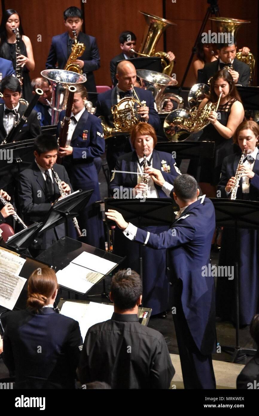 Am 19. Mai 2017, der USAF Band des Goldenen Westen Concert Band kehrt in Arcadia High School ein kostenloses Konzert zu geben als Dankeschön für die großzügige Gastfreundschaft der High School Band Programm während des Turniers 2016 der Rosen. Dieses Konzert war eine lohnende Gelegenheit, direkt mit den Schülern zu arbeiten und Sie musikalisch inspirieren. Stockbild