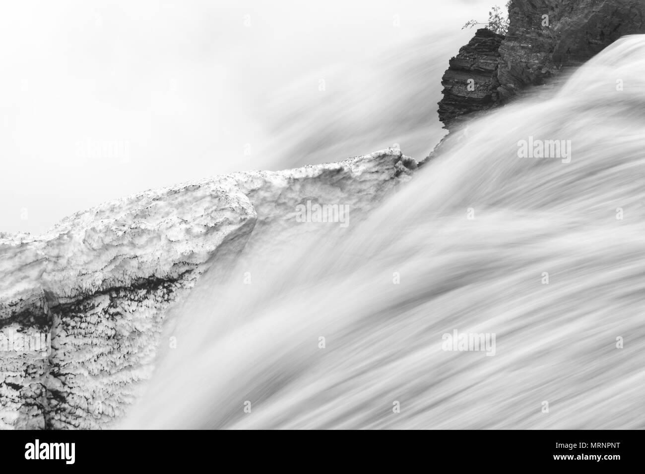 Leistungsfähige Frühjahr Schmelzwasser den Fluss in die Chutes de la Chaudiere in Charny nahe Quebec City Stockbild