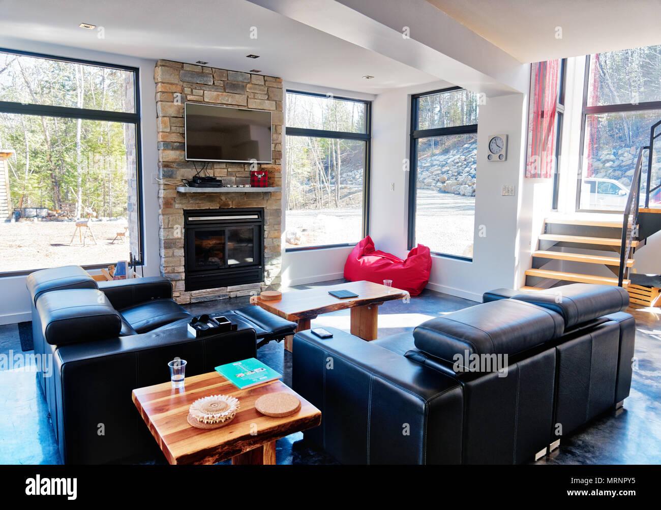 Ein modernes Wohnzimmer im neuen Haus in der Nähe von Montreal Quebec Stockbild