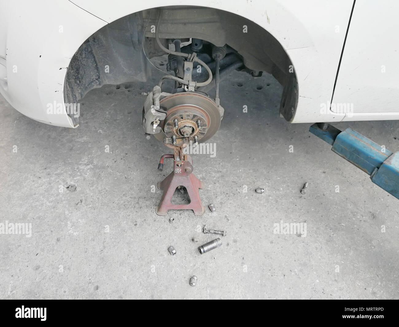 Bremsscheiben und Bremssättel System der Auto ohne Räder am Fahrzeug Stockfoto