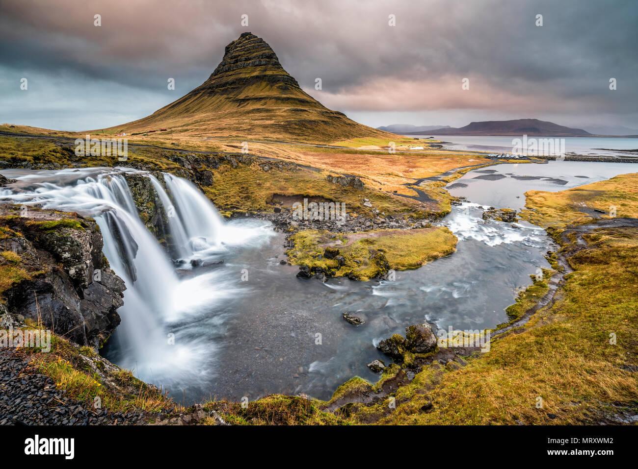 Grundafjordur, Halbinsel Snaefellsnes, Western Island, Island. Kirkjufell Berg und Kirkjufellfoss Wasserfall Stockbild
