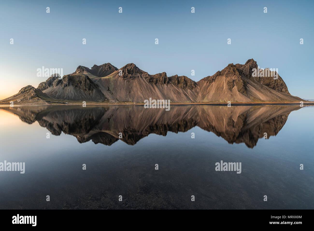 Stokksnes, Johannesburg, Ost Island, Island. Vestrahorn Berge spiegeln sich in den Gewässern des Stokksnes Bay. Stockbild