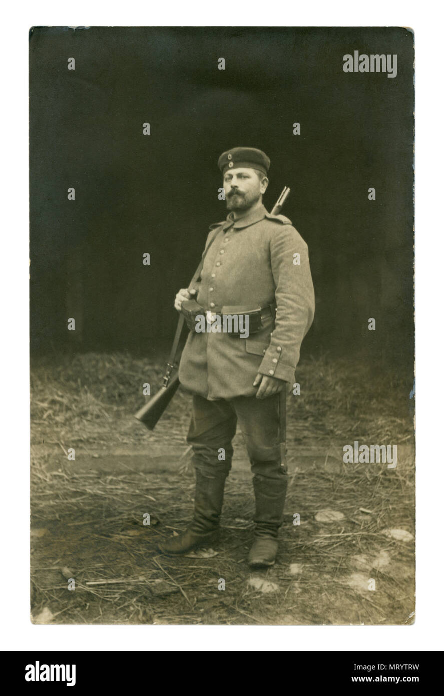 Deutsches Historisches Foto: ein Soldat mit einem Bierbauch in Uniform in vollem Gang mit einem Gewehr über der Schulter posing außerhalb. Erster Weltkrieg Stockfoto