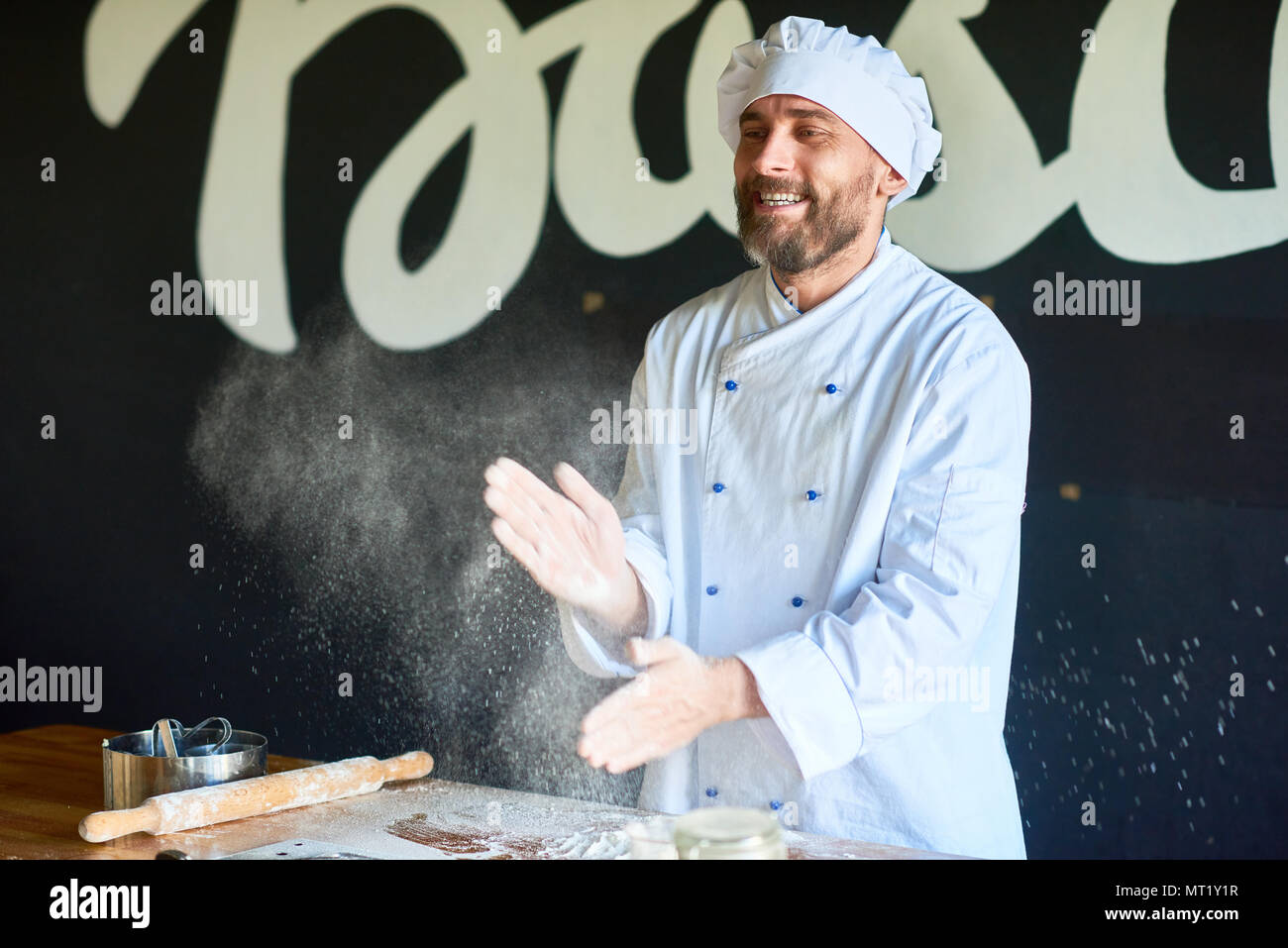 Bäcker in der Küche Stockbild