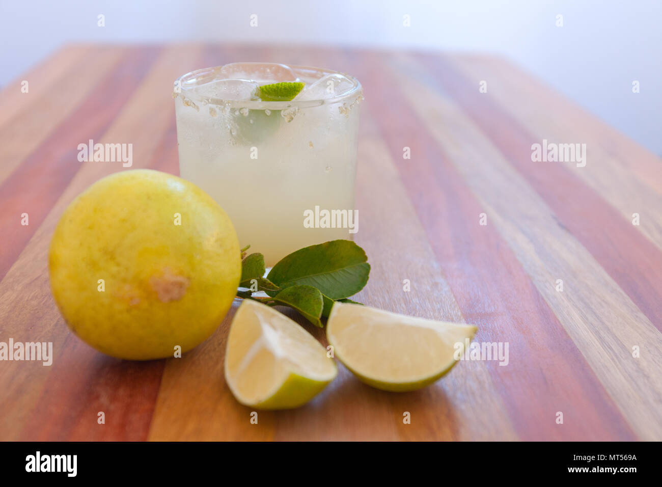 Key Lime margarita garniert mit frischen Kalk in ein Glas bar Tabelle Stockbild