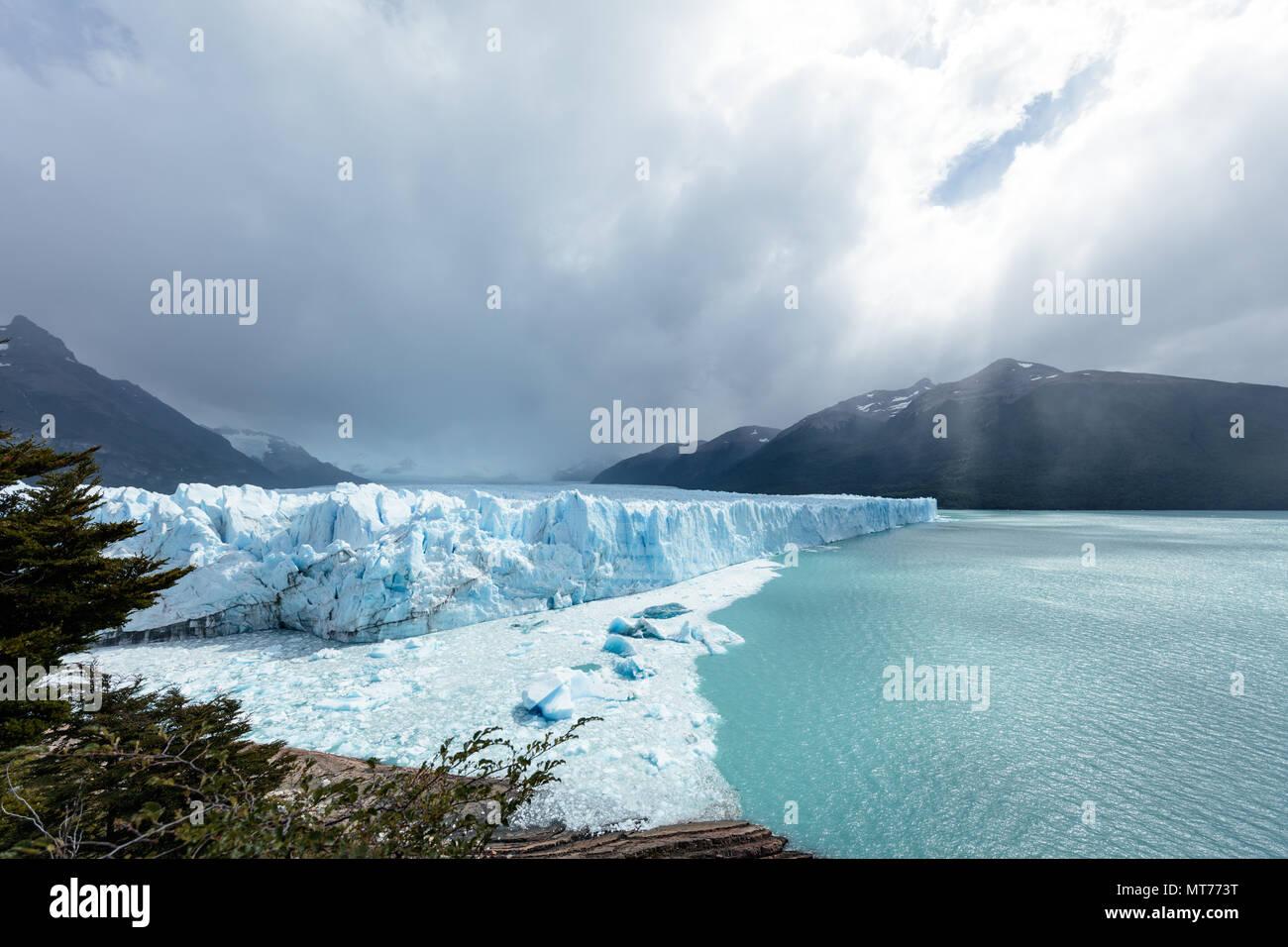 Die Treffpunkte von Eis, Fels und Wasser am Perito Moreno Gletscher, Argentinien Stockbild