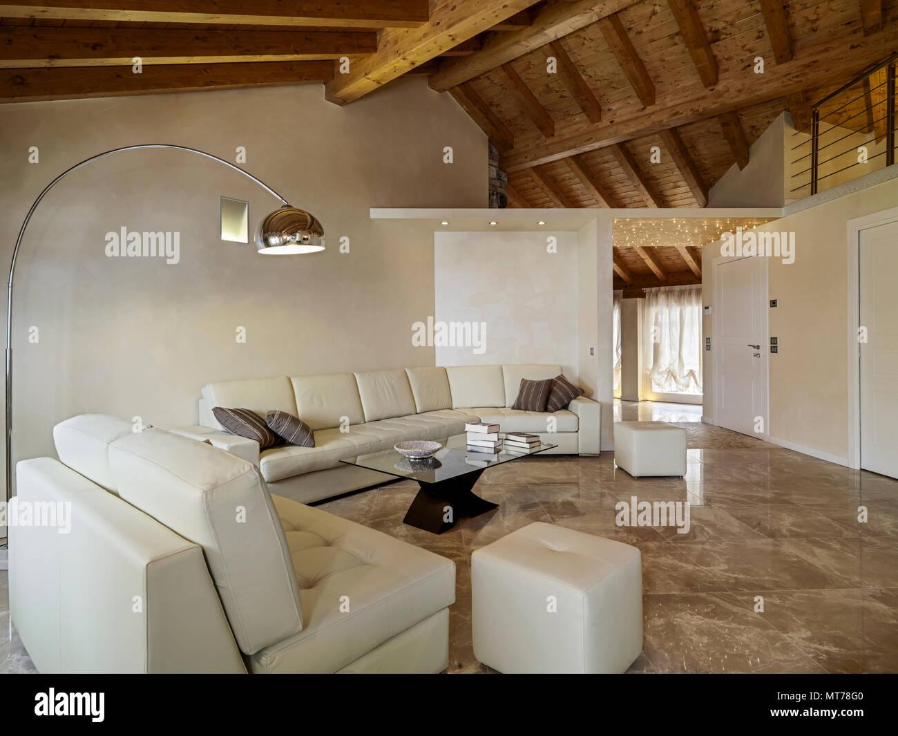 Wohnzimmer Im Innenbereich Im Vordergrund Das Beige Leder Sofa Und