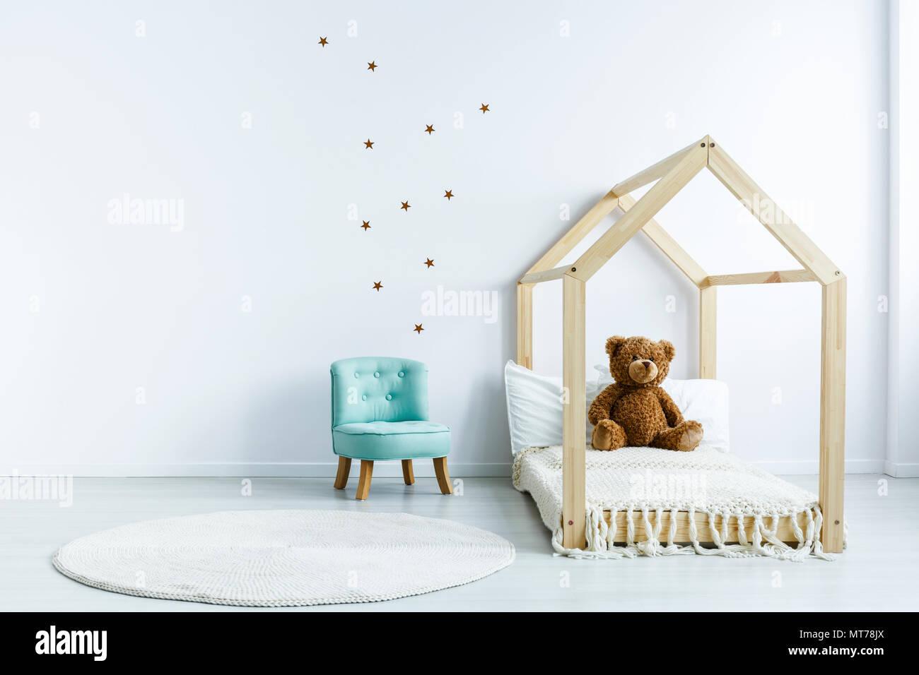 einfache kinderzimmer einrichtung mit diy-bett mit einem teddybär