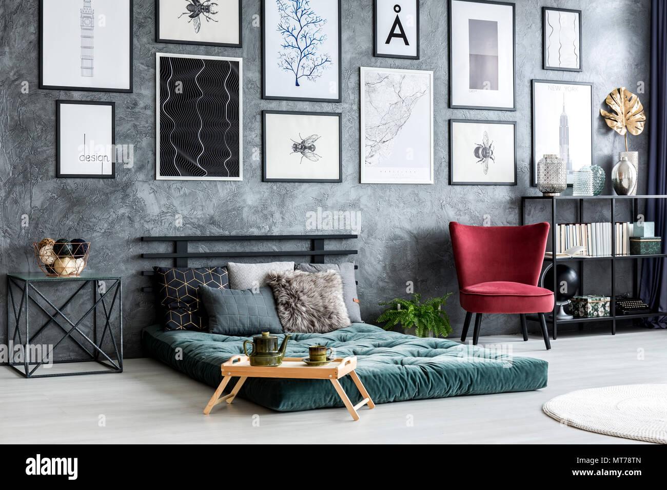 Grüne Futon Zwischen Roten Sessel Und Tisch In Farbenfrohe Schlafzimmer  Innenraum Mit Galerie Auf Graue Wand
