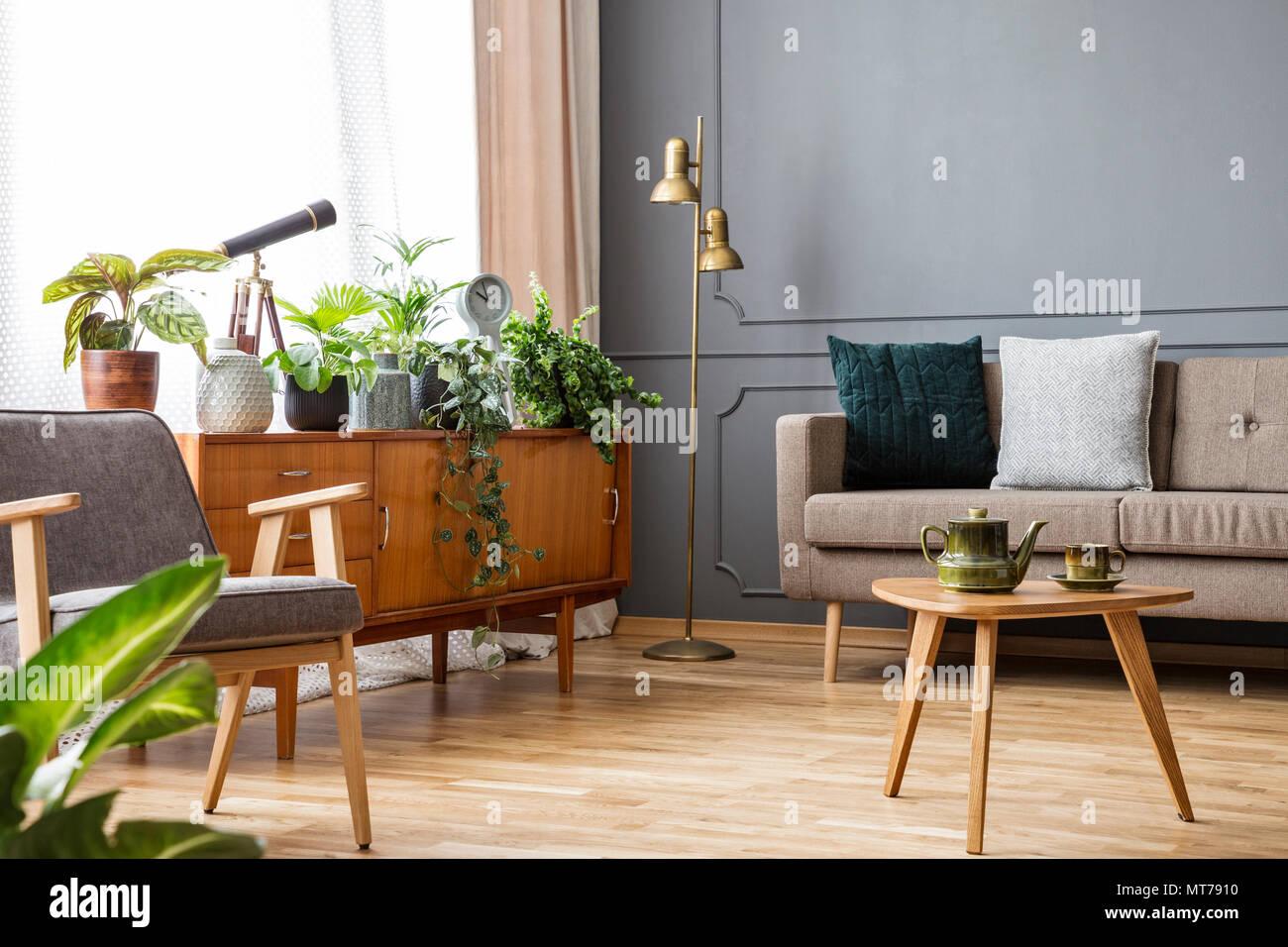 Holztisch In Vintage Wohnzimmer Interieur Mit Schrank
