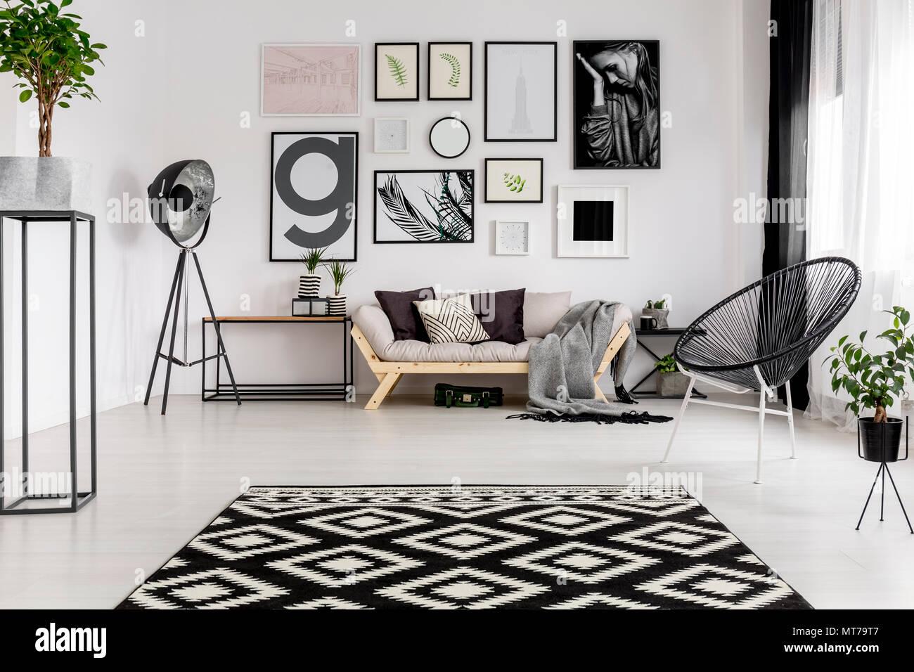 Schwarz-weiß gemusterten Teppich in der modernen Wohnzimmer ...