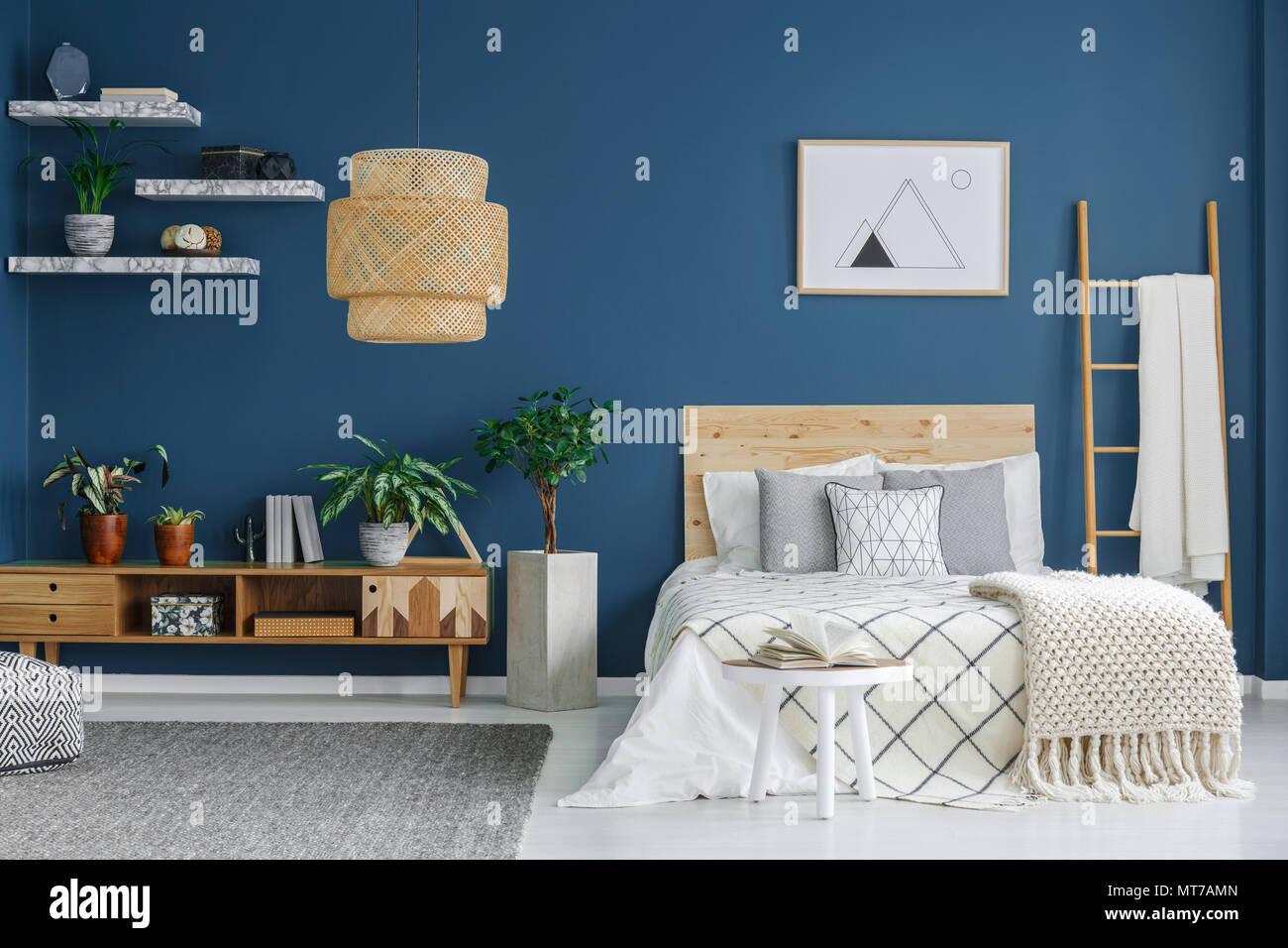Gemütliches Schlafzimmer mit einem Doppelbett, Holzgehäuse ...
