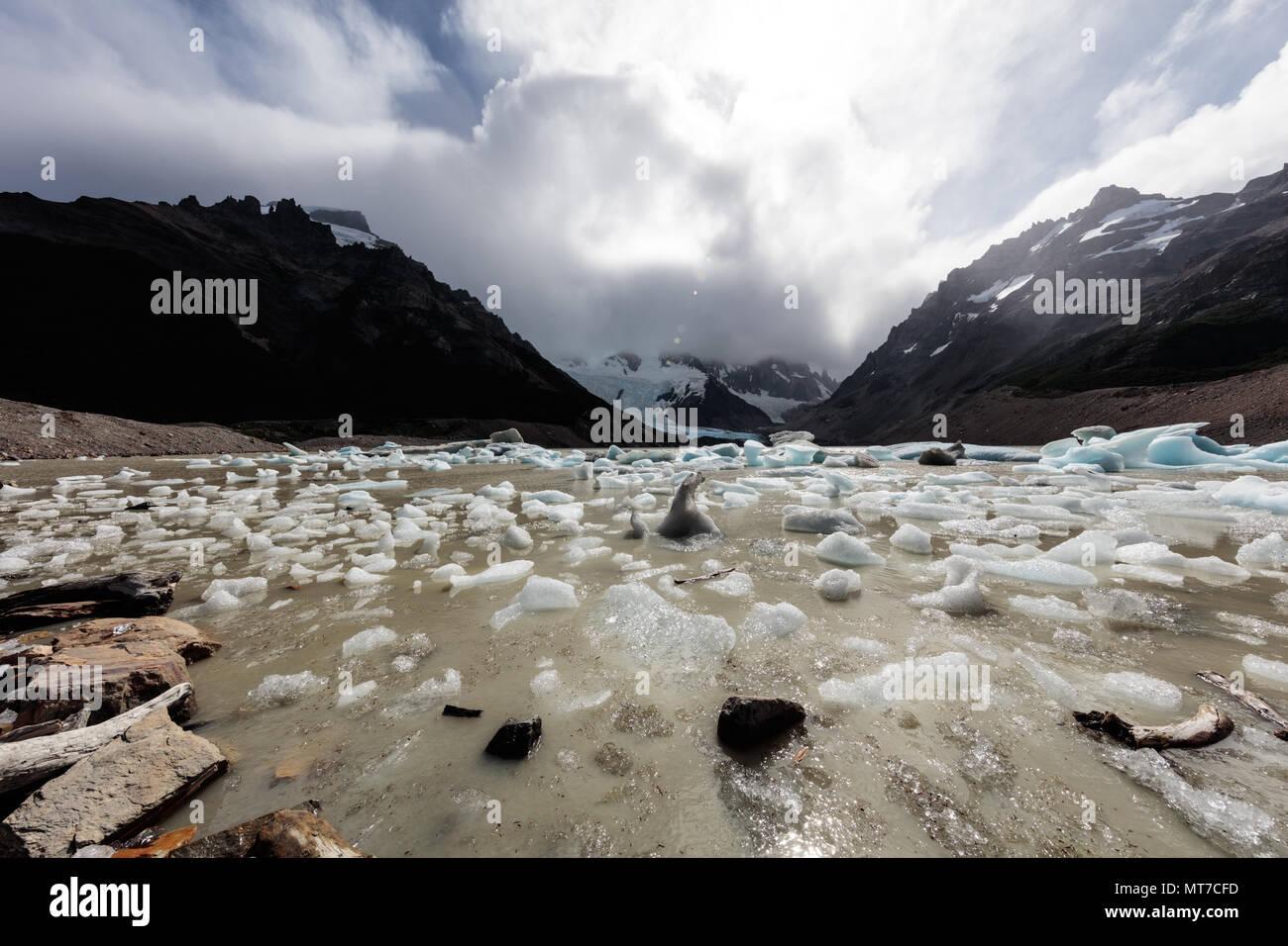 Kleine Blöcke von Eis dot das Ufer eines Gletschersee am Fitzroy in Argentinien Stockbild