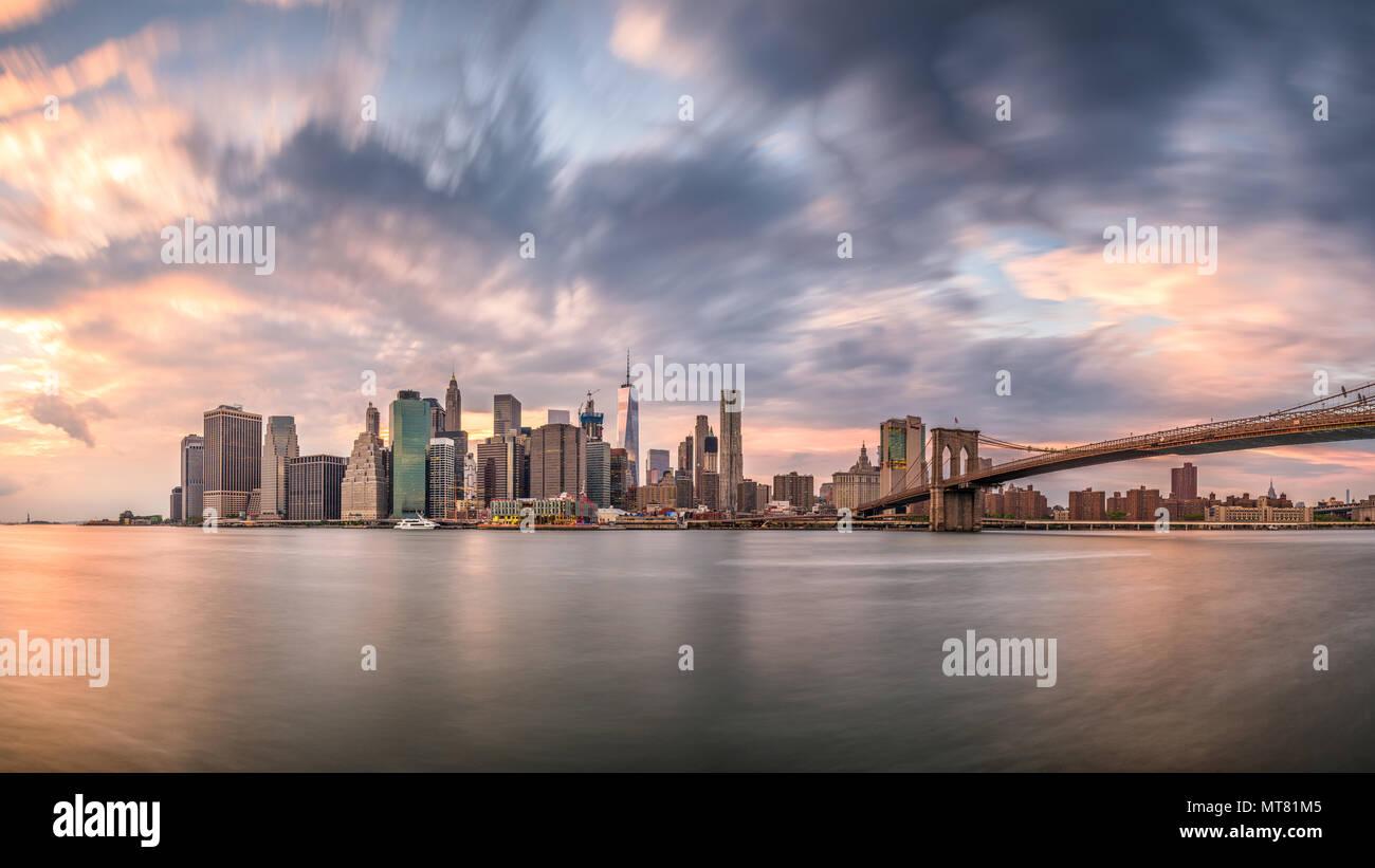 New York, New York, USA Skyline von Manhattan auf den East River und die Brooklyn Bridge eine Dämmerung. Stockbild