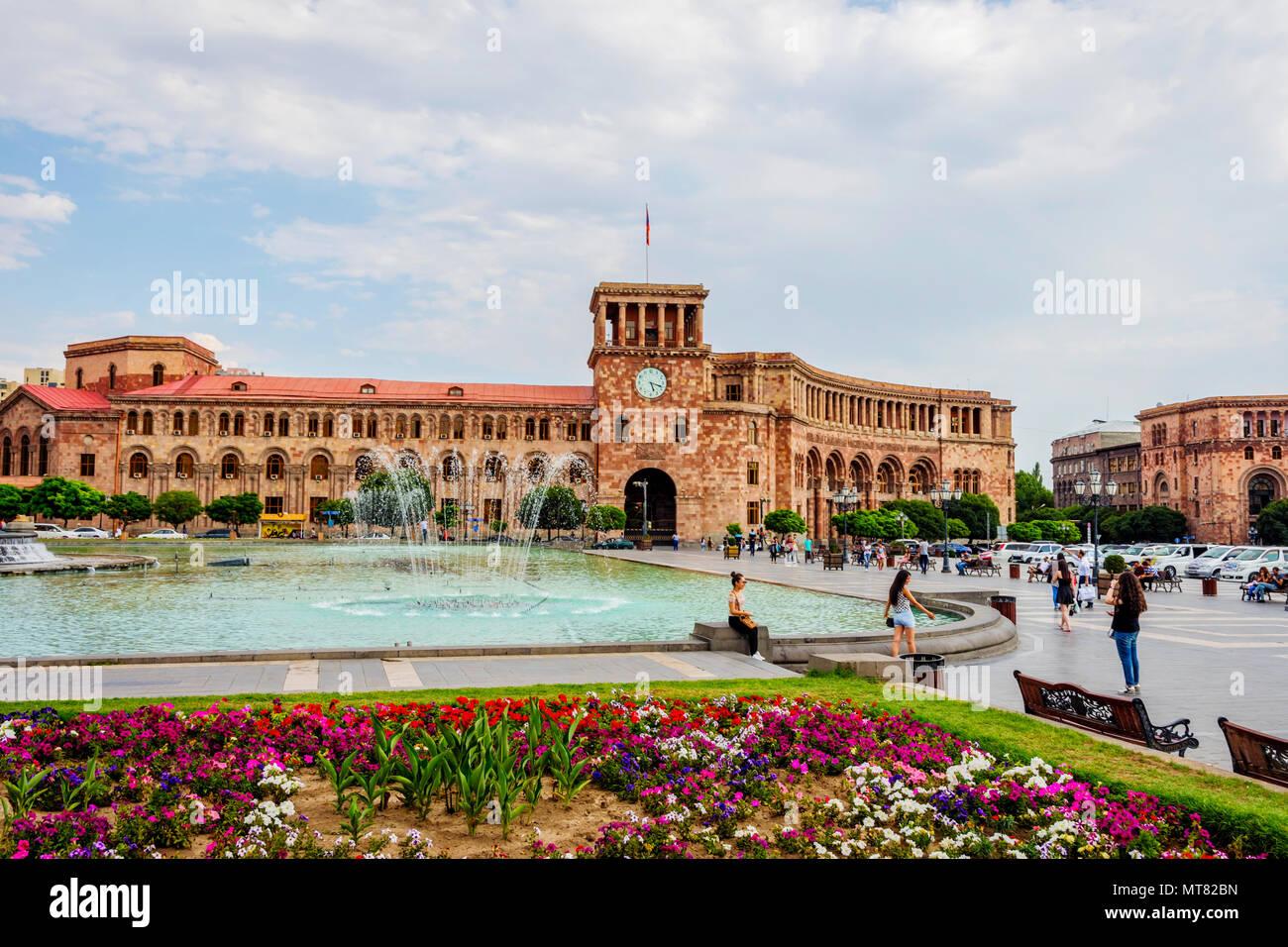 Yerevan Armenien August 2 Platz Der Republik Mit Dem Brunnen Und Uhrturm In Armenien Hauptstadt August 2017 Stockfotografie Alamy