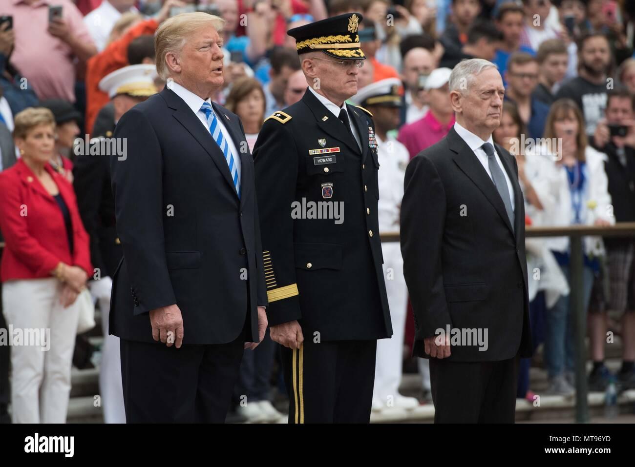Us-Präsident Donald Trump, Links, Armee Generalmajor Michael Howard, Mitte, und Verteidigungsminister James Mattis salute während der Zeremonie einen Kranz am Grab des Unbekannten Soldaten während des 150-jährlichen nationalen Gedenktag Beachtung auf dem Arlington National Cemetery 28. Mai 2018 in Arlington, Virginia. Stockfoto