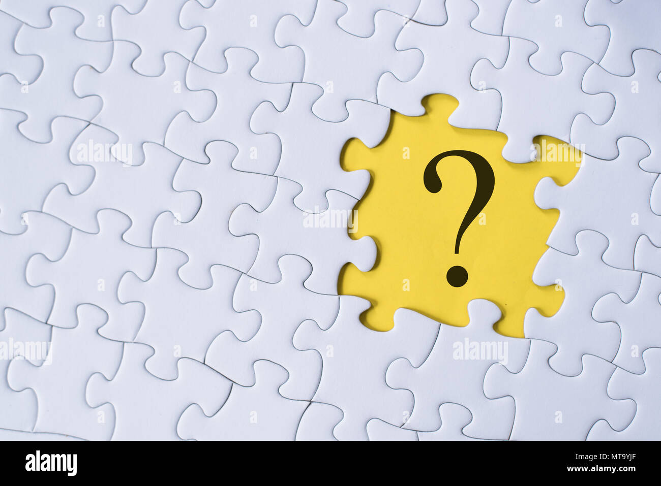 Fragezeichen auf Puzzle mit gelbem Hintergrund. Frage, faq und Q&A-Konzept Stockbild